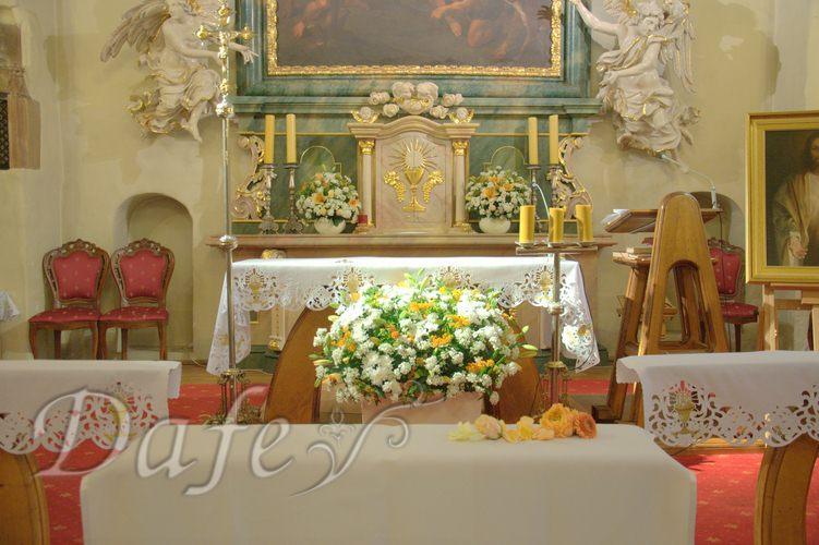 023_pomaranczowe-ombre_dekoracje_wroclaw_kompozycja-przed-oltarzem