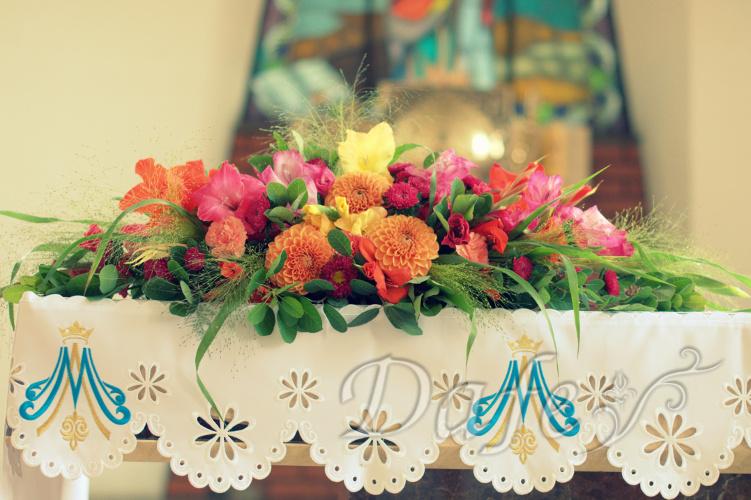 220_kolorowa_dekoracja_kosciola_oltarz